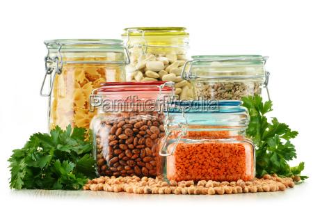 glaeser mit getreide lebensmittel isoliert auf