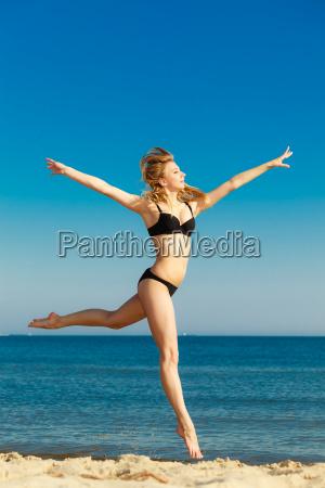 sommerurlaub maedchen im bikini auf strand