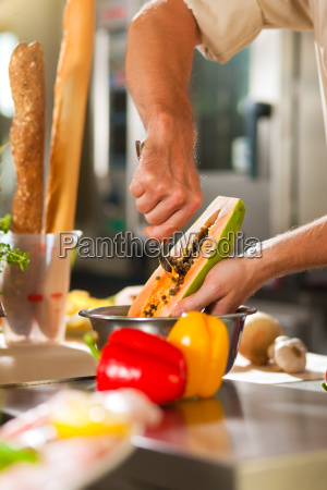 koeche in restaurant oder hotelkueche kochen