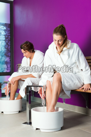 couple makes a kneipp foot bath