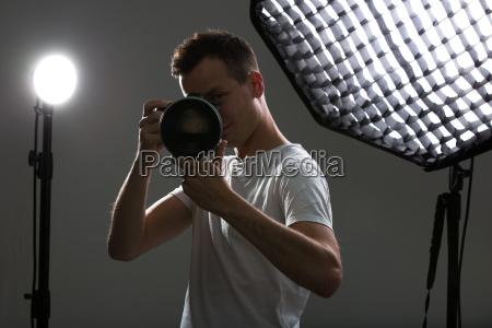 junge profi fotografin mit digitalkamera
