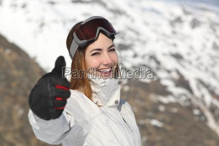 positive skifahrer frau gestikuliert daumen nach