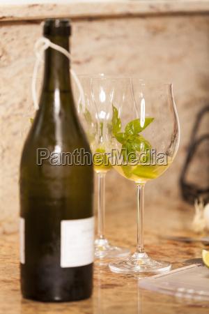sektflasche weinflasche mit weinglaesern zum aperitif
