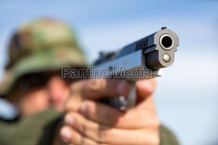 mann mit gewehr