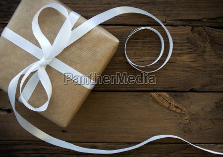 geschenk mit weissem band