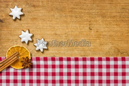 holzhintergrund mit weihnachtlichen gewuerzen