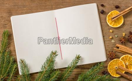 leeres rezeptbuch mit weihnachtlicher dekoration