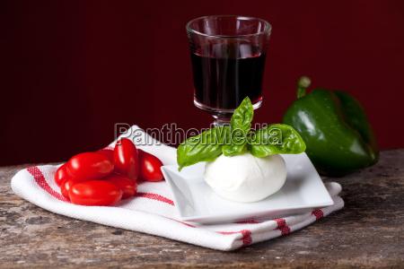 tomaten mozzarella basilikum und wein