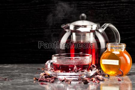 malventee im glas mit honig