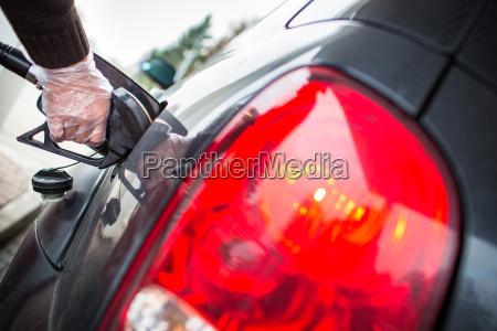 auto betankung an der tankstelle