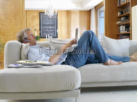 mann auf dem sofa mit laptop