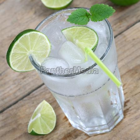 wasser oder limonade getraenk mit eiswuerfeln