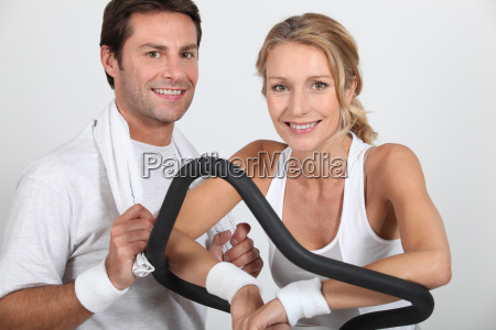 paar im fitnessstudio