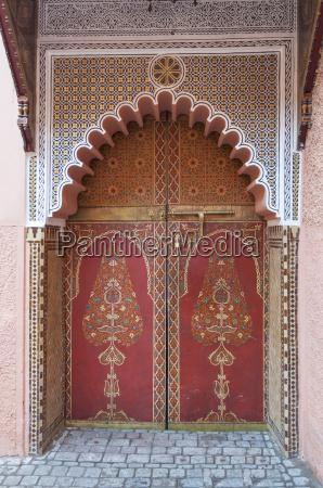 traditionelle orientalische verzierte tuer in marrakesch