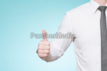 mann mit hemd und krawatte daumen