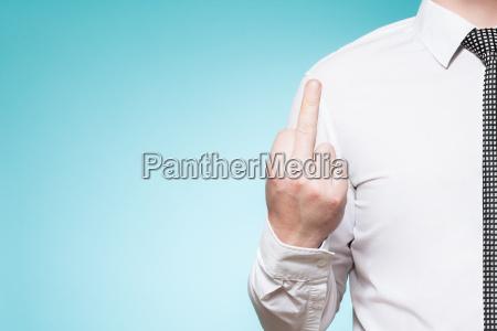 mann mit hemd und krawatte zeigt