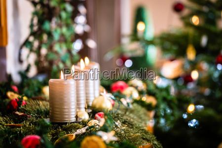 adventskranz und weihnachtsbaum