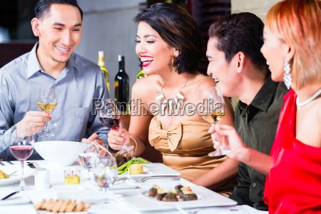 asiatische freunde fancy restaurant speisen