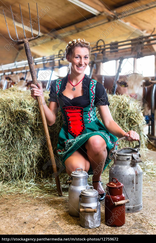 Sexy Bäuerin im Kuhstall - Lizenzfreies Foto - #12759672