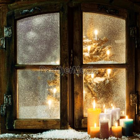 begruessung weihnachtsfenster in einer blockhuette