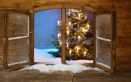 beleuchtete weihnachtsbaum view from window pane