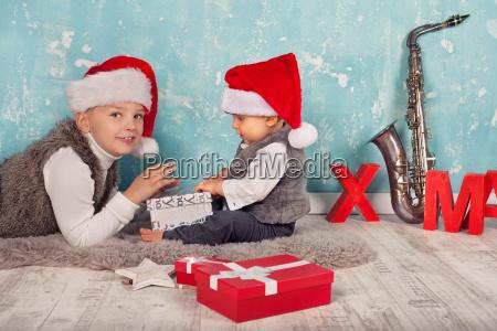 grosser bruder hilft geschenke auspacken