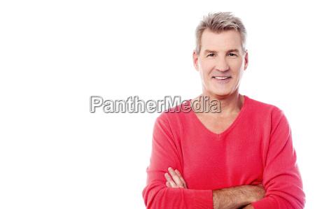 stattvoller aelterer mann posiert mit verschraenkten