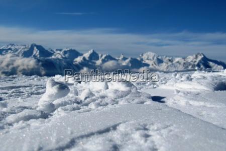 schnee bedeckte berggipfel in den alpen