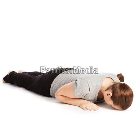 einzelpose des sonnengrusses im yoga bauchlage