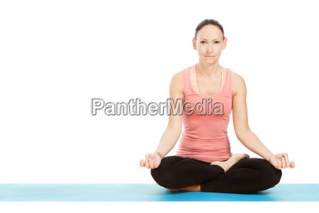 yogahaltung padmasana vor weissem hintergrund