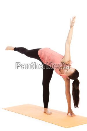 yogauebung auf der matte ardha candrasana