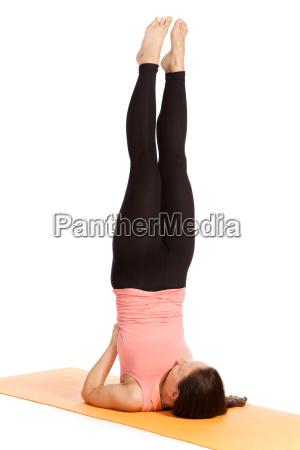 yogauebung auf der matte salamba sarvangasana