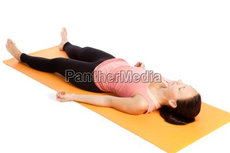 yogauebung auf der matte shavasana