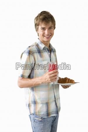 junger mann teller mit essen und
