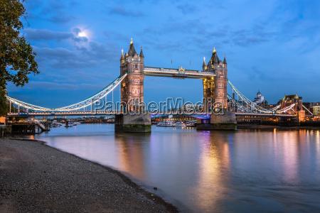 tower bridge und themse beleuchtet durch