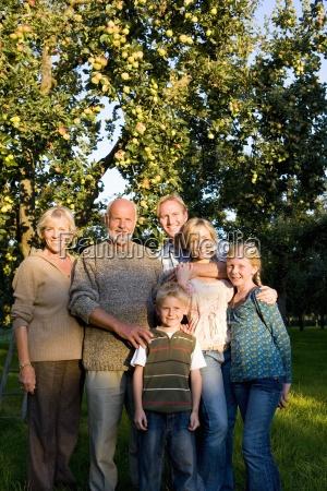 familie von drei generationen arm in