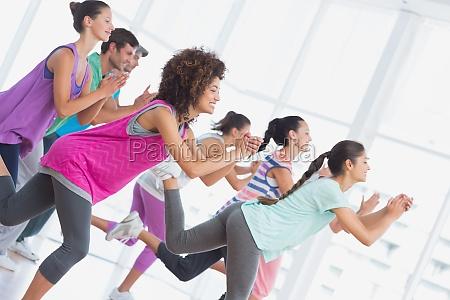 fitness klasse und lehrer tun pilates