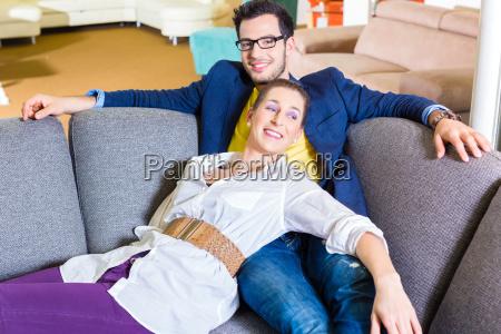 paar kauft couch in moebel geschaeft