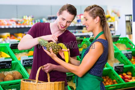 mann beim einkaufen im biomarkt mit