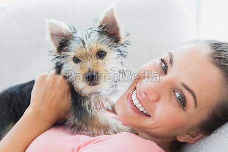 glueckliche frau ihr yorkshire terrier auf