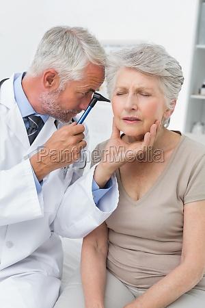 maennlichen arzt untersuchen ohr aelteren patienten
