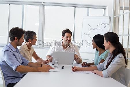 attraktiver geschaeftsmann spricht mit mitarbeitern