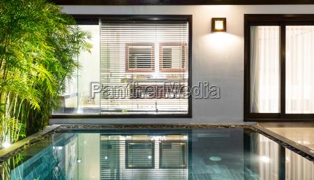 luxus hotelzimmer mit pool und palmen
