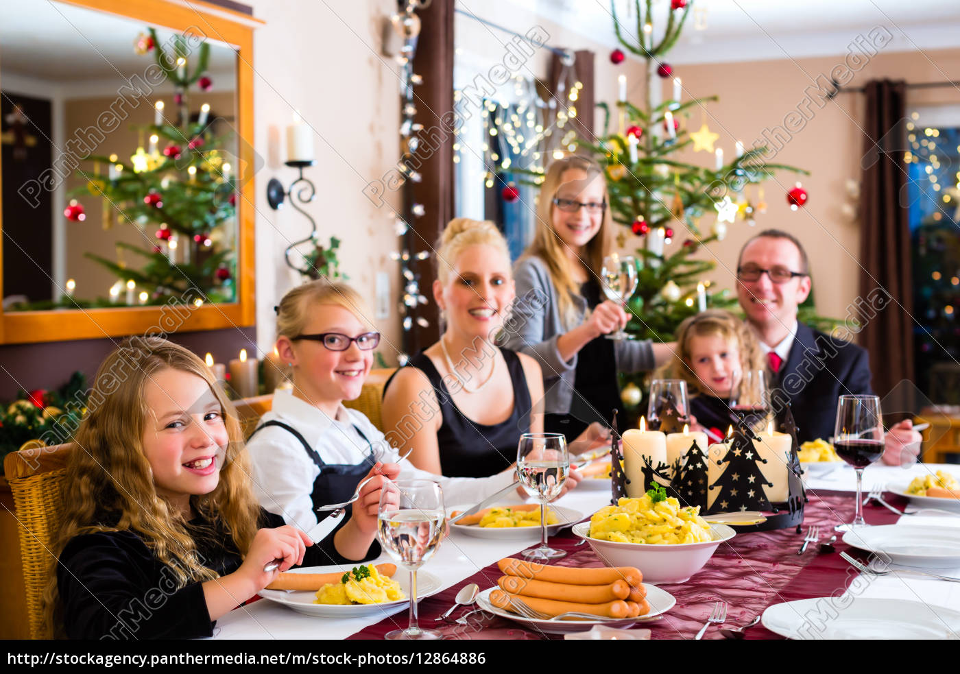 familie bei weihnachtsessen w rstchen und stock photo 12864886 bildagentur panthermedia. Black Bedroom Furniture Sets. Home Design Ideas