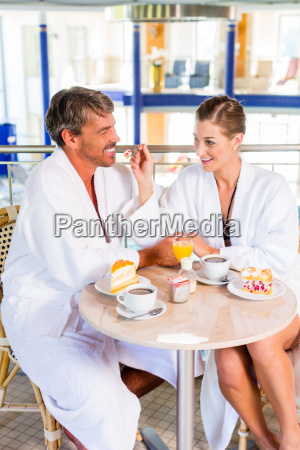 mann und frau trinken kaffee in