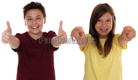 lachende kinder sind erfolgreich und zeigen