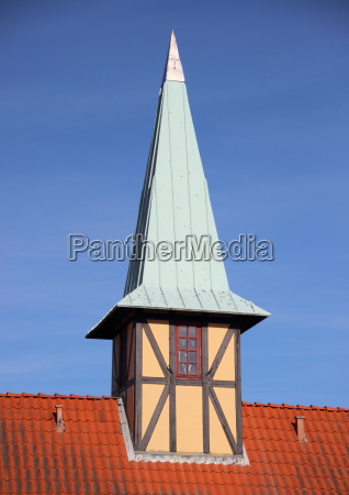 fachwerkturm mit verdigris dach auf rotem