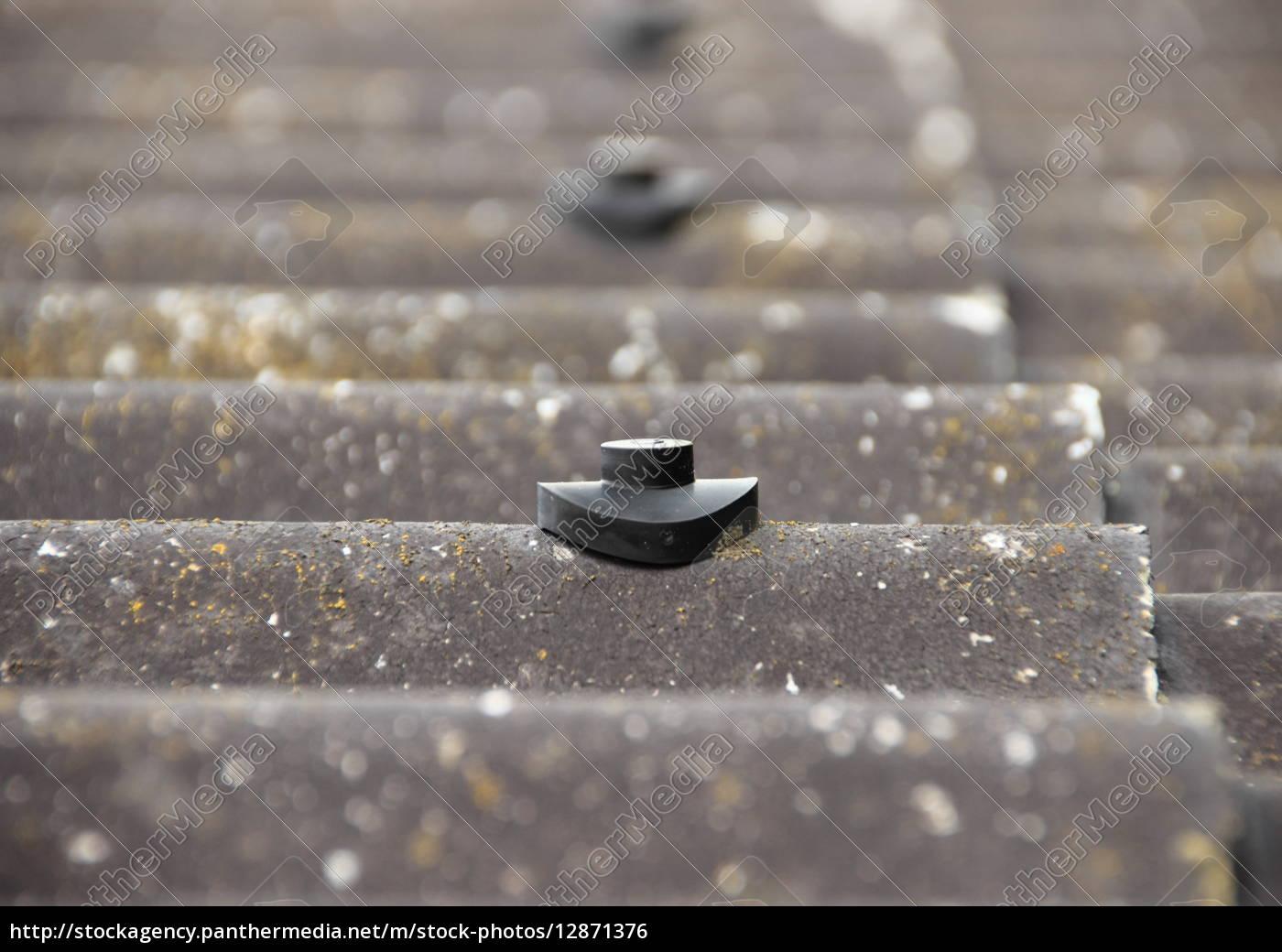 schrauben schutzbolzen auf asbestdach - Lizenzfreies Foto ...