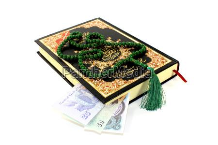 aufgeschlagener koran mit aegyptischen piasters