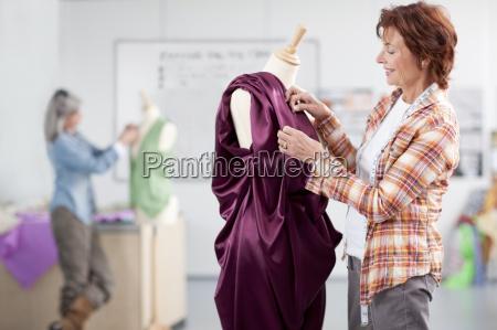 laechelnd designer anpassung abendkleid auf schneiderin